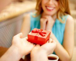 香水をプレゼントする心理・本命か友達か判断するには?