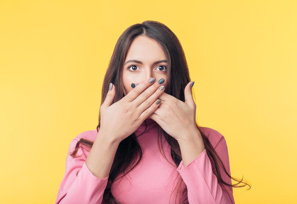 口を隠す時の心理背景・本当に隠したいことはなに?