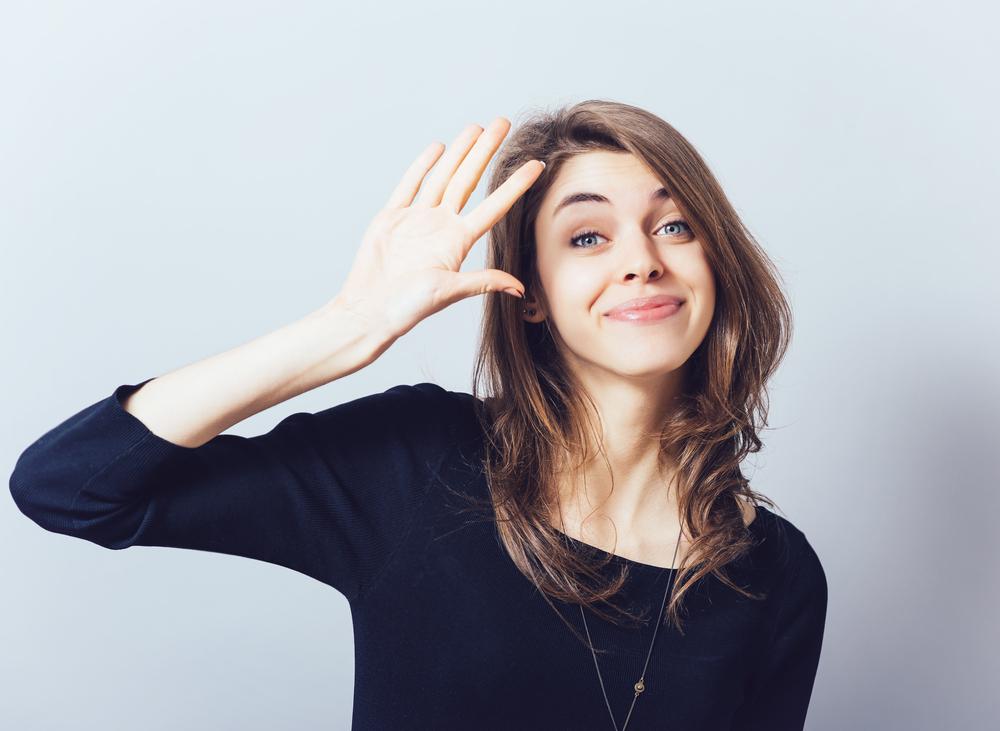 手を振る心理はなぜ?相手によって変わる態度の意味について